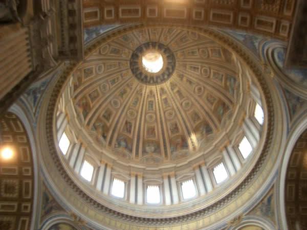 サンピエトロ寺院の中のドームの天井