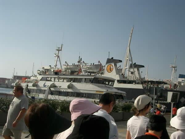 カプリ島に渡る観光船